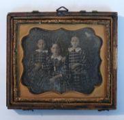 "Reserve: 50 EUR        Daguerreotypie (Mitte 19.Jh.) ""3 Geschwister""; in Messingrahmen mit"