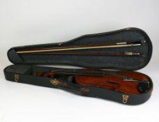 Geige (19./20.Jh.)im Originalkasten mit 2 Bögen; auf Innenboden Reparaturzettel von Franz Kasper,