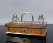 Schreib-Service (Anfg. 20.Jh.)Holzkasten mit 1 Schublade; Federablage sowie 2 Glasbehälter mit