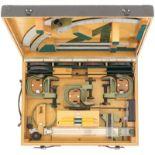Richtkreisgerät zu 12cm schwerem Minenwerfer 41. Holzkiste mir diversen linealen und