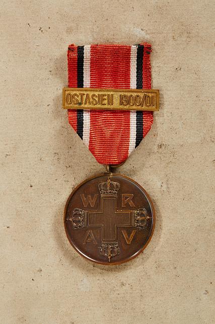 ROTES KREUZ - Preußen - KÖNIGREICH PREUSSEN : Rote-Kreuz-Medaille mit Bandspange ?OSTASIEN 1900/01