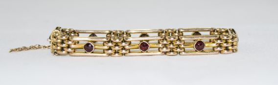Ladies Nice Quality 9ct Gold Gate Bracelet Set with Garnets. Marked 9ct.