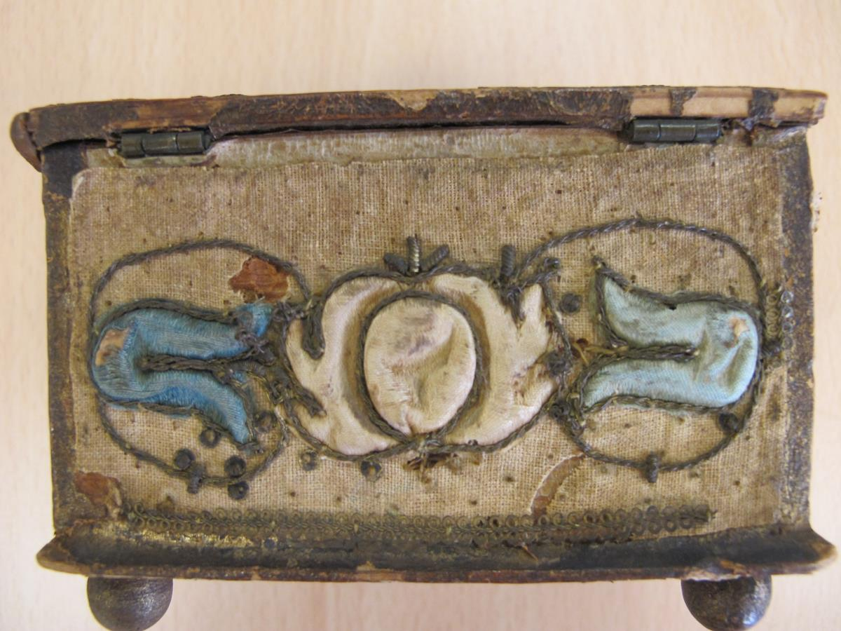 A stumpwork casket, decorated with satin flowers with metal thread scrolls, with a paper lined - Image 6 of 8