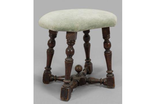 Antico sgabello a rocchetto in noce e sedia a tortiglione ricoperta