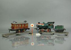 Lokomotive (1.H.20.Jh.)Marke: BING; mit Kohle-Tender sowie 1 Wagon; jeweils Schlüsselaufzug;