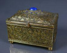 Spieluhr (1.H.20.Jh.)Truhenform mit aufklappbarem, gewölbtem Deckel und blauem Steinbesatz;