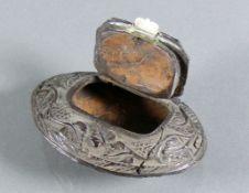 Schnupftabakdose (19.Jh.)Holz; ovoider, gedrückter Korpus; umlaufend geschnitzter Jagddekor mit