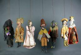 Marionetten-Theater (wohl Böhmen, 1.H.20.Jh.)7 verschiedene Figuren mit bemalten Köpfen und Beine;