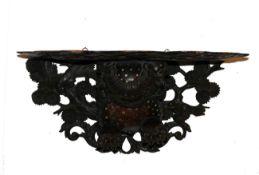 Wandkonsole (China, 19.Jh.)Holz geschnitzt mit Blüten- und Vogeldekor; Platte gestützt durch