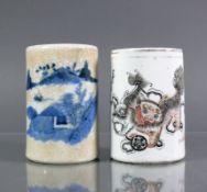 2 Pinselbecher (China)Keramik; jeweils zyl. Korpus; blauer Landschaftsdekor bzw. Drachendekor in