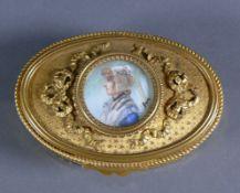 Deckeldose (19.Jh.)Messing; ovaler Korpus; Deckel mit Girlanden-Relief und zentraler Miniatur-