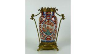Vase (China, Qing)zyl. Korpus mit eingezogenem Hals in Messinggestell mit seitlichen Handhaben;