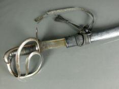 Säbel (19.Jh.)einseitig geschliffene Stahlklinge; am Griffrand mit Krone darunter AR. Griff mit