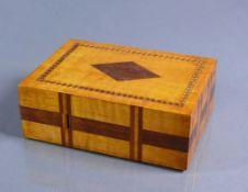 Schatulle (Anfg. 20.Jh.) rechteckiger Holzkorpus mit eingelegtem Rautendekor; Schubfach durch