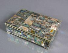 Deckeldose (Mexiko, 20.Jh.) Silberkorpus mit Holzeinsatz; Wandung umlaufend mit Perlmuttplättchen