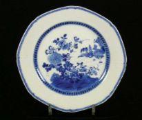Teller (China, Qing 18.Jh.) im Spiegel Blaudekor mit Blüten, Felsen, kleine Pagode; Fahne mit
