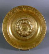 Spätgotische Beckenschläger-Schüssel (wohl Nürnberg, um 1500) Messing, getrieben, gepunzt und