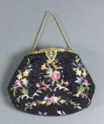Abendtasche (1910-20) Perlstickerei in schwarz und gestickte farbige Blüten; Messingbügel floral