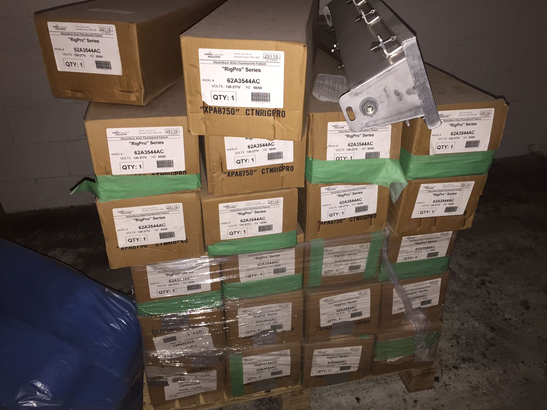 EXPLOSION PROOF LIGHTS 108WATTS - (BIDDING IS PER LIGHT, MULTIPLIED BY THE QUANTITY) - Image 2 of 3