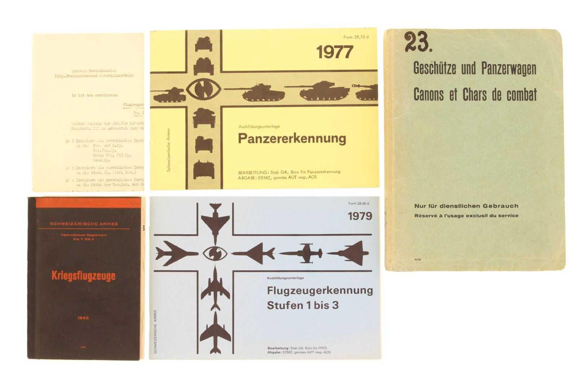 Konvolut von 4 Reglementen zur Panzer- und Flugzeugerkennung 1. Geschütze, Tanks, Panzerwagen der