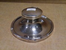 A large Edwardian capstan inkwell, Birmingham 1909, with original glass liner, loaded. Diameter 20.