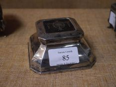 George V silver and tortoiseshell inkwell, marks rubbed, the cover decorated with ribbon-tied swags,