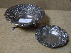 Two Continental silver trinket dishes, 800 grade, both circular, one raised on three pad feet,