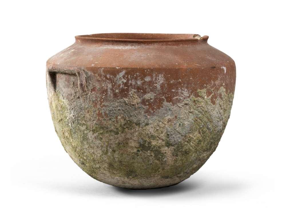 SOUTH-ITALIAN VASE, 5TH-4TH CENTURY B.C. Ceramic achromatic reddish. Small everted rim, oblique