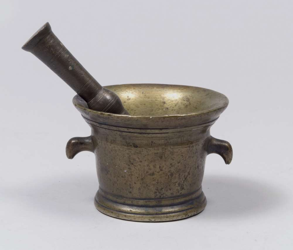GILDED BRONZE MORTAR AND PESTLE, 17TH CENTURY with heads handles zoomorfe. Measures mortar cm. 10
