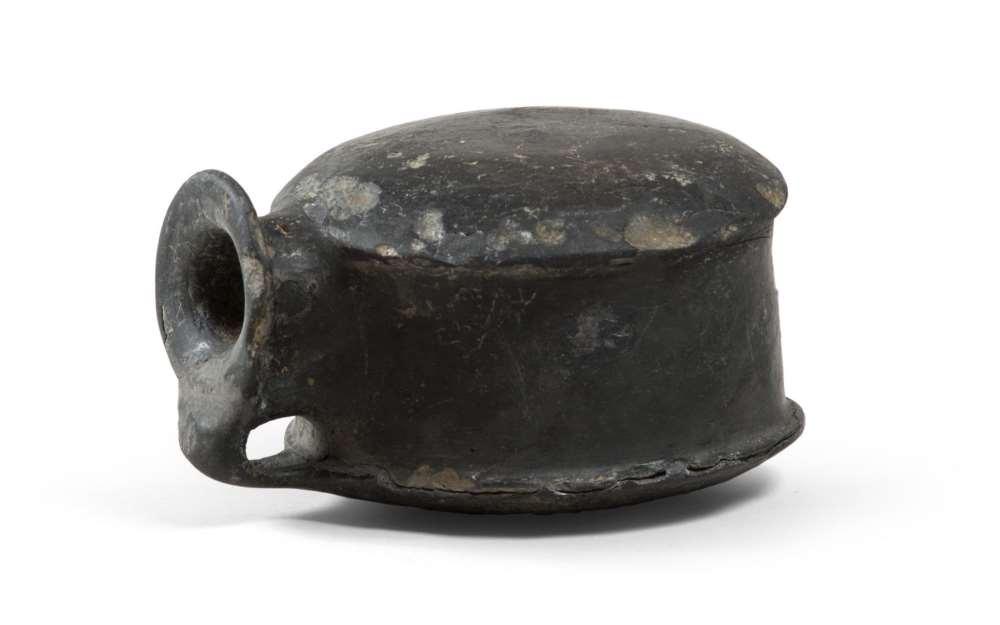 ETRUSCAN ASKOS, 7TH CENTURY B.C. bucchero black polished stick. Thickened and flared rim,
