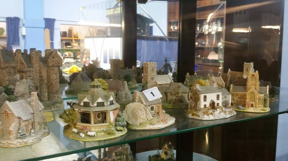 Lot 1 - A large collection of Lilliput Lane