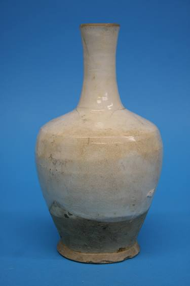 Lot 17 - A Song Dynasty Cizhou bottle vase with cream glaze, the lower part with buff unglazed body, 20cm
