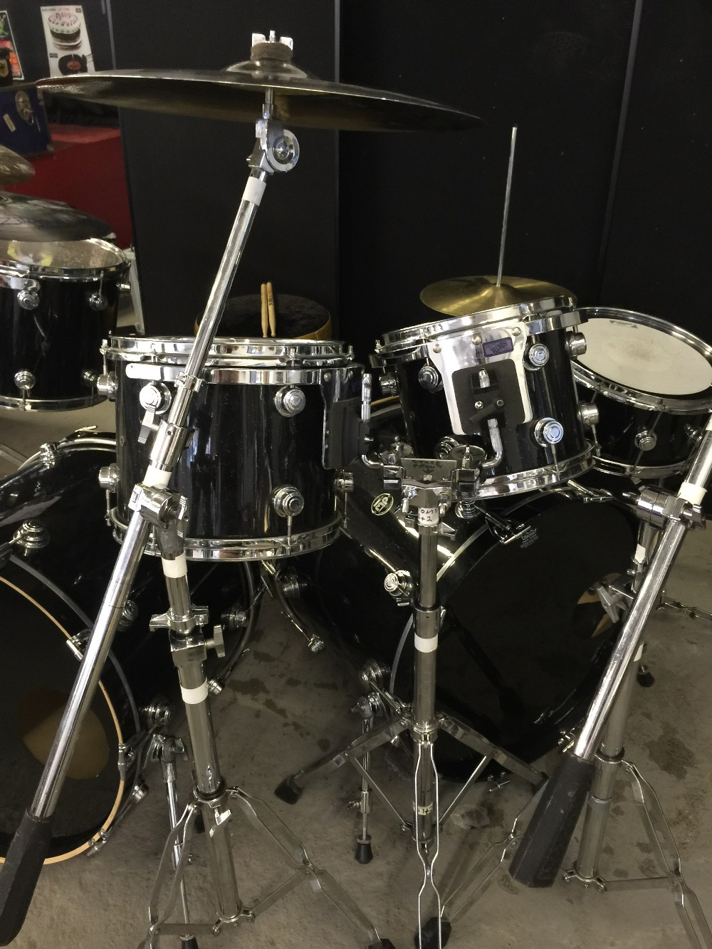 MOTORHEAD & PHILTHY ANIMAL - a DW Drum Workshop black speckled drum kit from the estate of Phil - Image 6 of 10