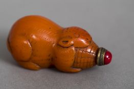A Chinese carved orange glass snuff bottle Formed as a mouse, with red porcelain lid. 6.75 cm long.