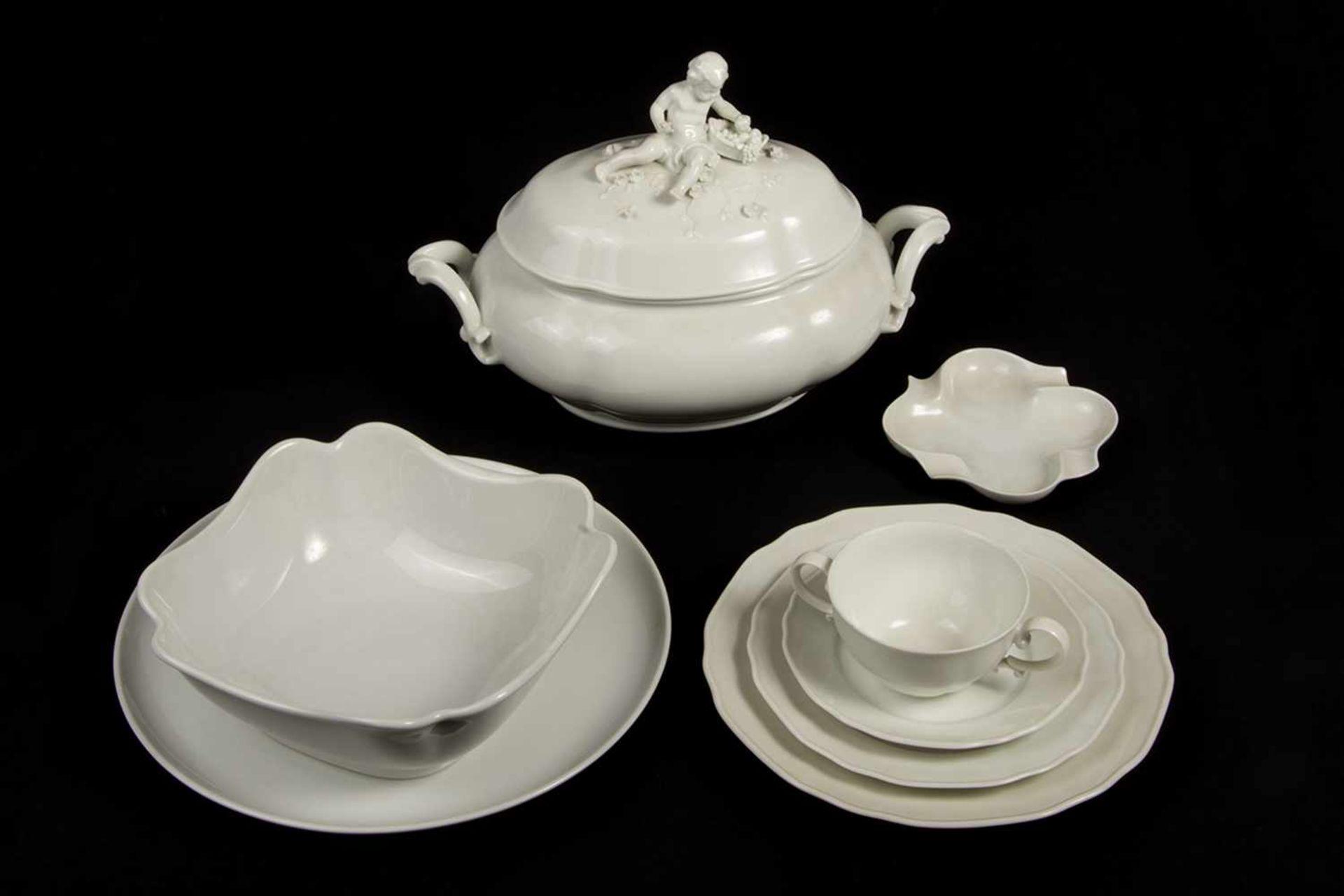 Los 53 - Speiseserviceteile Porzellan, weiß, Marke Augarten Dekor Belvedere, bestehend aus: 1 Deckelterrine