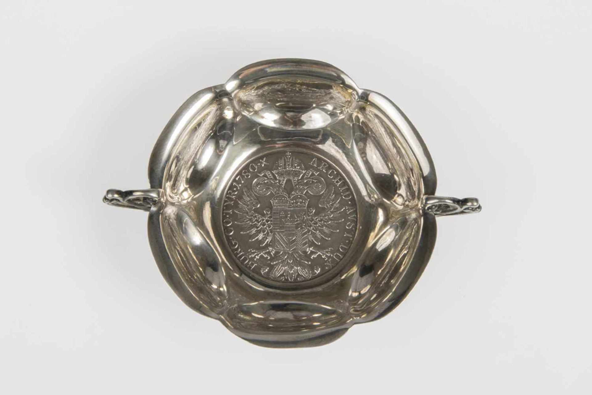 Los 45 - Henkelschälchen mit Münzeinlage, Maria Theresientaler, Silber 800, 67g, Dm.8,3cm;