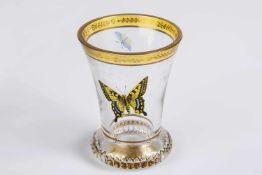 Ranftbecher mit Schmetterling geschweifte Wandung mit gelb gebeiztem Band, Bordüre mit Blätterdekor,