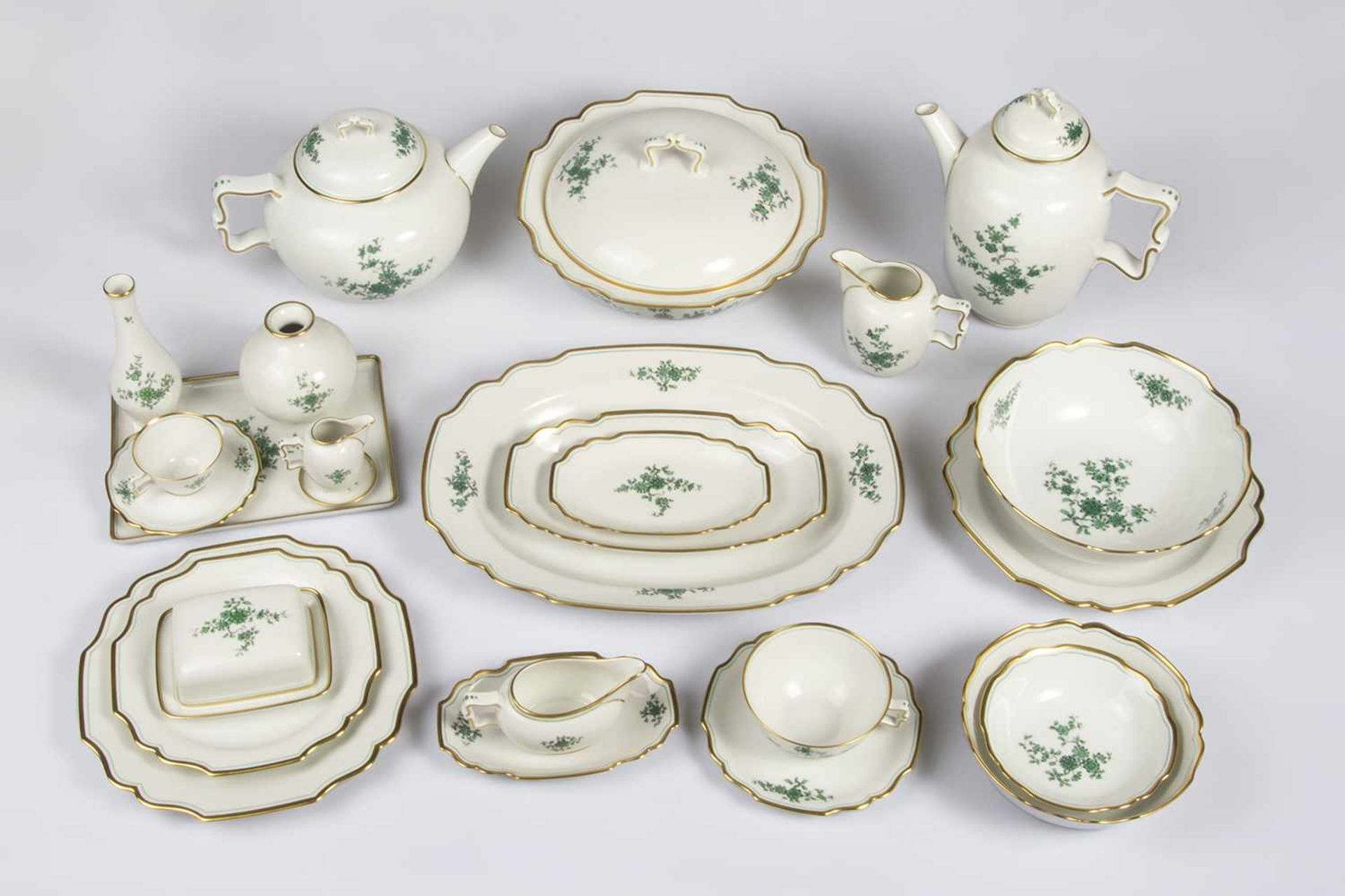 Los 54 - Speiseserviceteile Porzellan, Marke Augarten, asiatisches Dekor, gold gerändert best. aus: 8