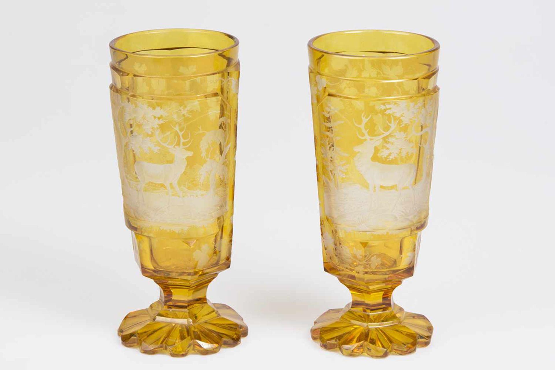 Los 49 - 2 Fußbecher um 1900 wohl Böhmen, bernsteinfarben gebeiztes Glas, mit facettiertem Schaft,