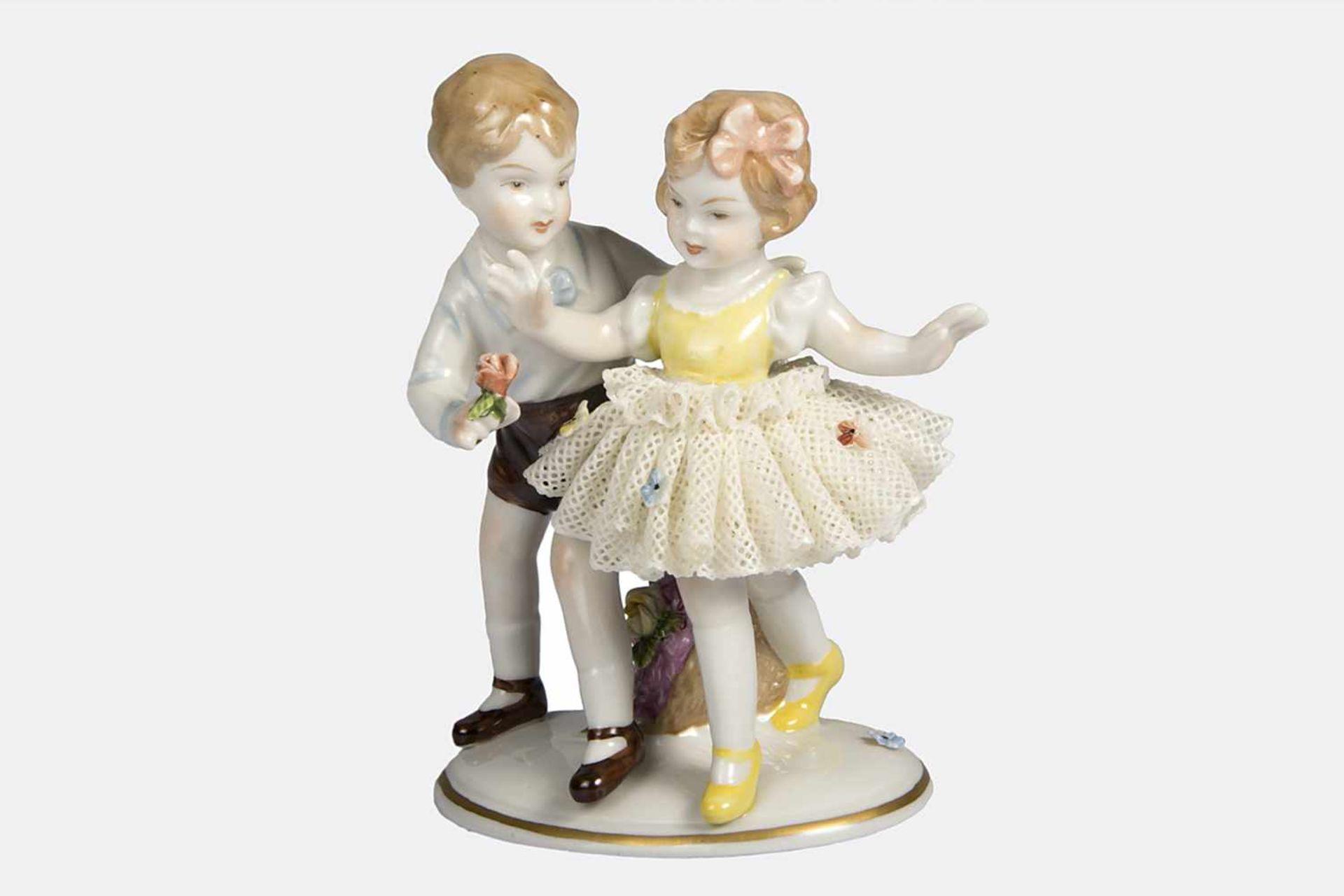 Los 59 - Gruppe Porzellan, farbig bemalt, Kinder beim Tanz, Mädchen mit durchbrochen gearbeiteter