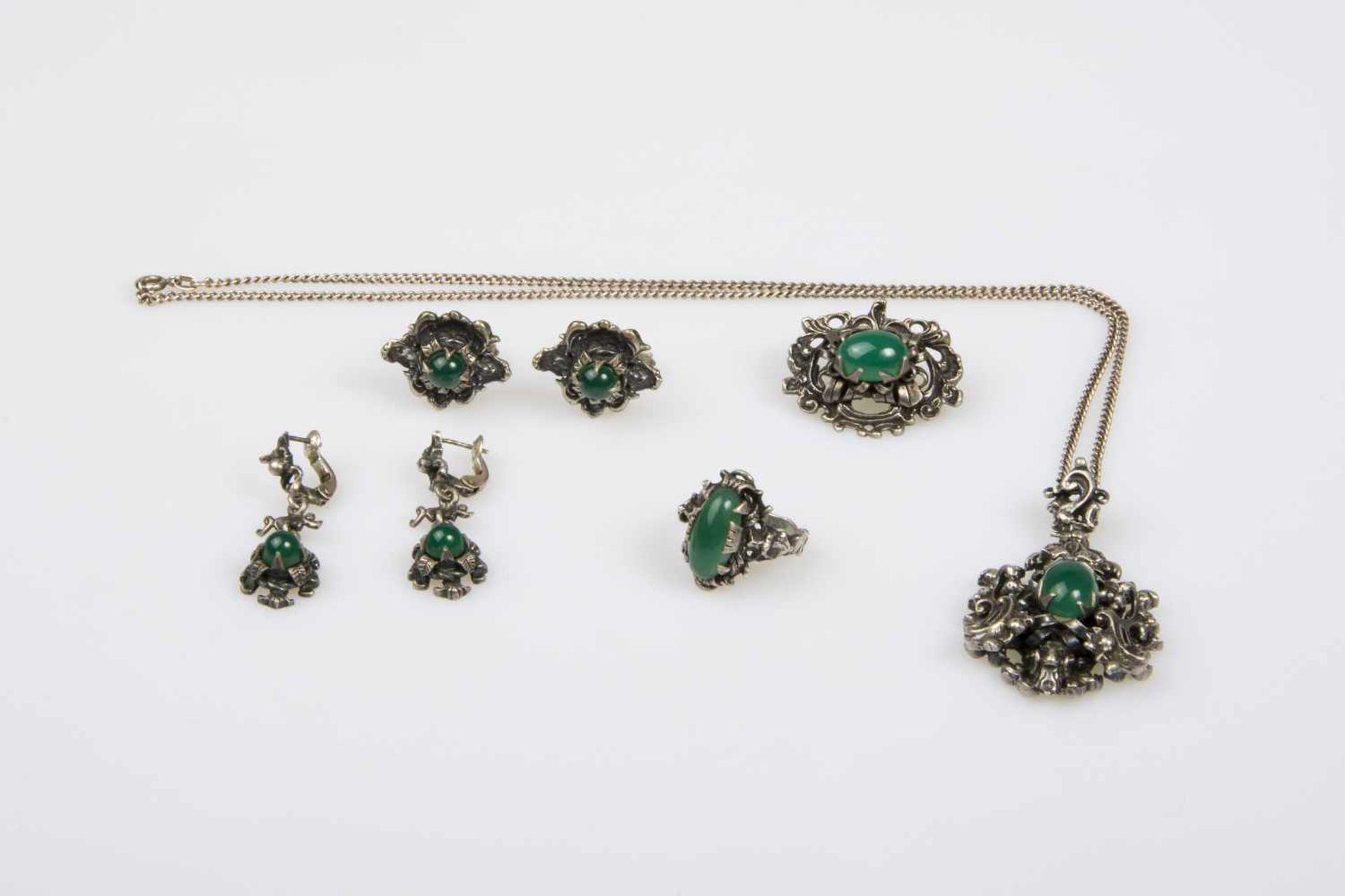 Los 27 - Damenschmuckgarnitur, Silber 800, mit Schmucksteinen, best. aus: 1 Halskette, Länge ca. 50cm, 1