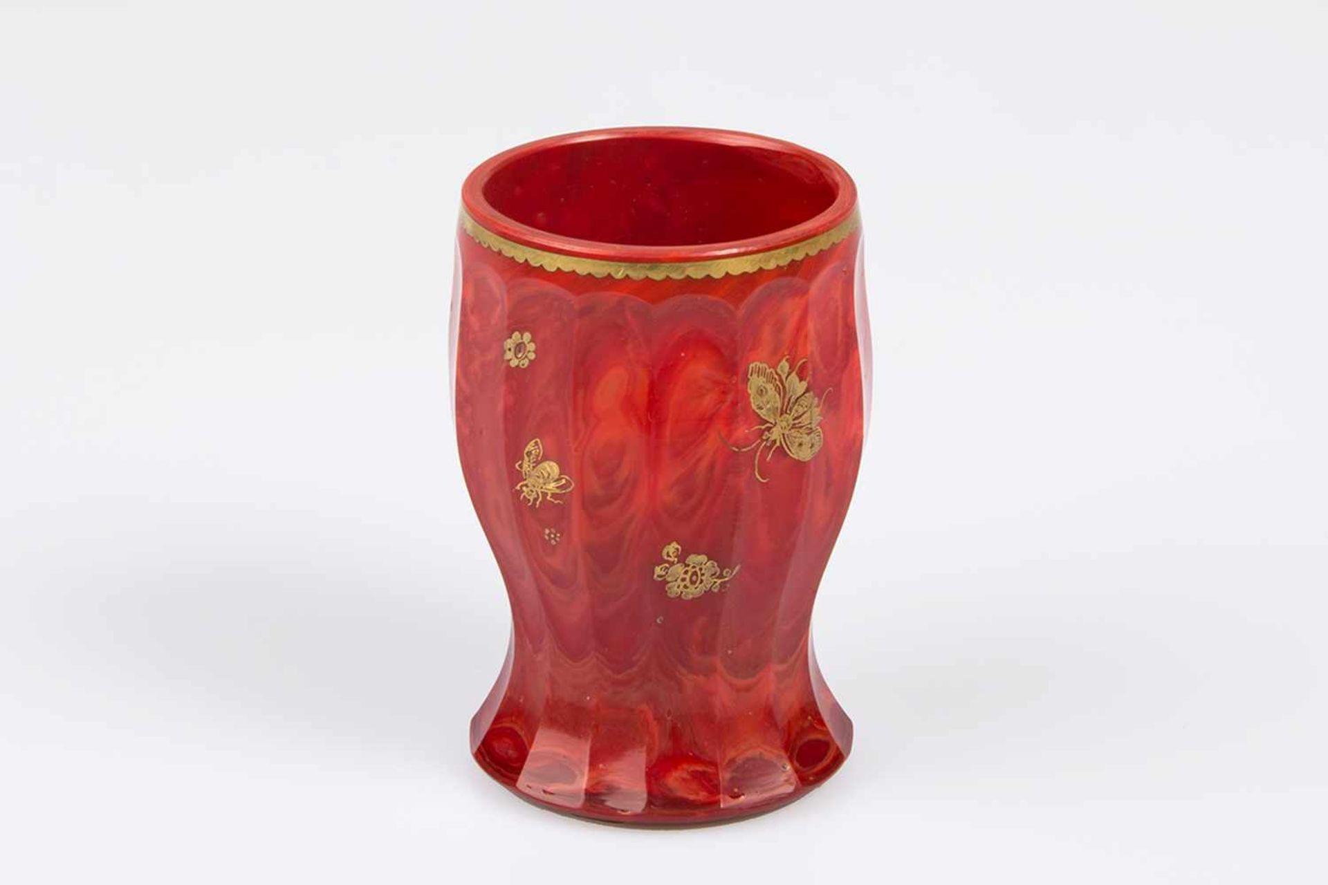 Los 46 - Becher aus Hyalith ziegelrotes facettiertes Glas mit Marmorierung, gold geziert, gold gerändert,