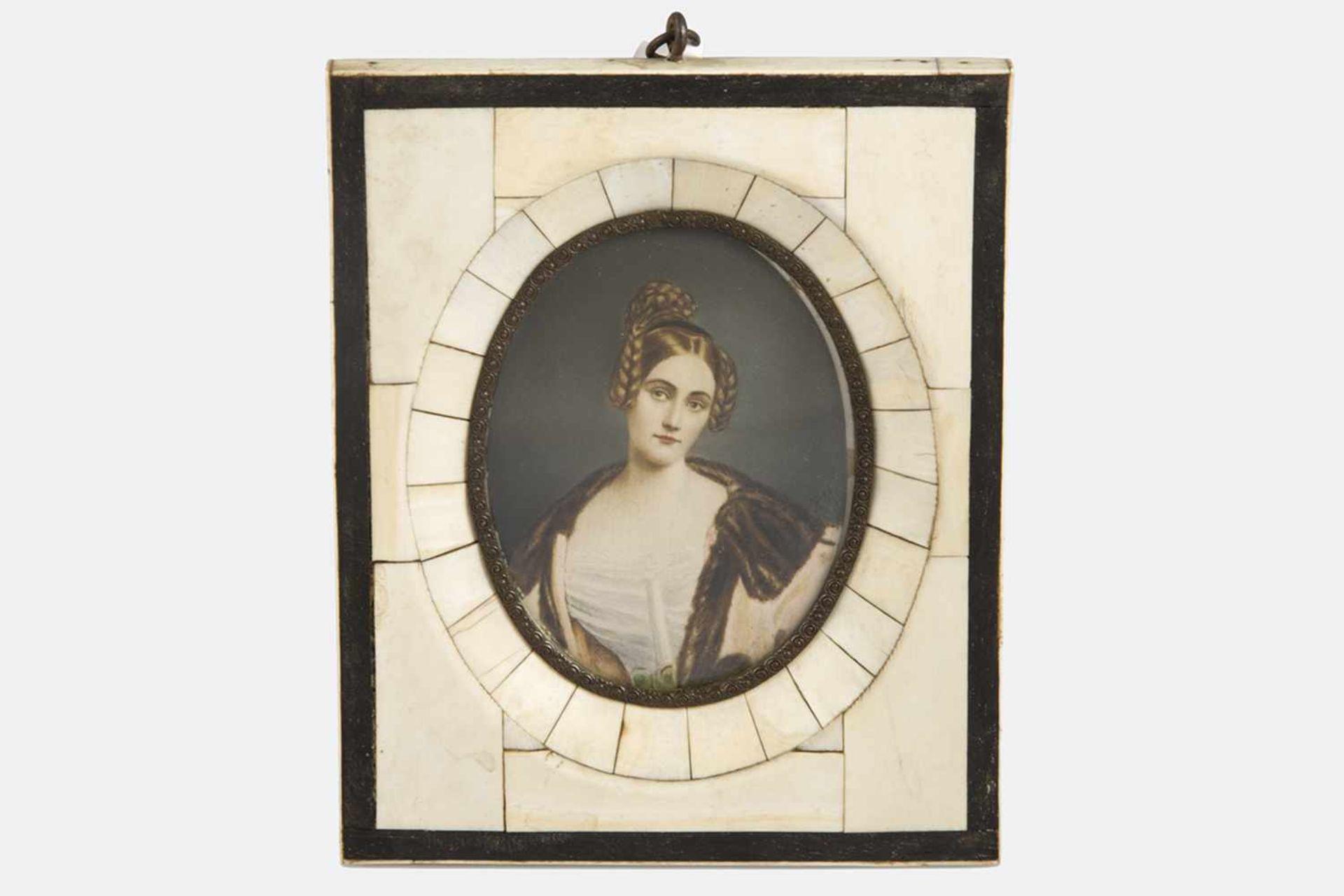 Los 2 - Aquarellminiatur, Anfang 20.Jh., Bildnis einer jungen Dame mit Zöpfen, mit elegantem Kleid und