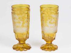 2 Fußbecher um 1900 wohl Böhmen, bernsteinfarben gebeiztes Glas, mit facettiertem Schaft,