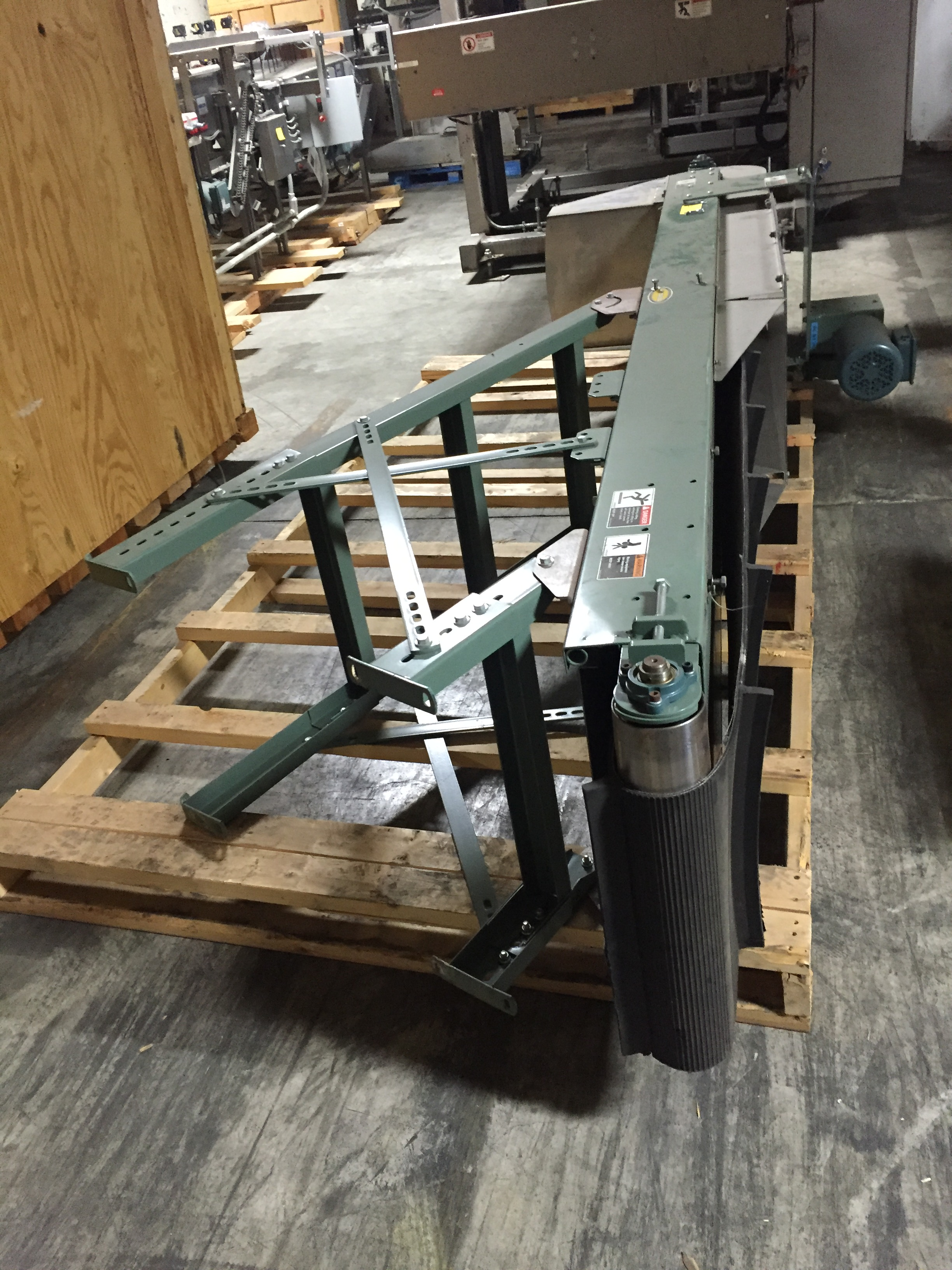Lot 35 - Hytrol Elevator 11ft. Incline motorized conveyor,460v,3 phase :equipment located at Clark Logistic