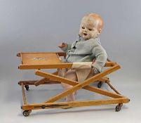 Puppe mit Kinderstühlchen Mitte 20.Jh., Masse-Einbindekopf mit Schlafaugen, offenem Mund ohne