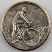 "Medaille Radfahrer : silberfarb. mit goldfarb. Rand, signiert PH, auf Rand geprägt ""J. Balme"", Vs"