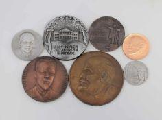 Konvolut Medaillen Lenin 7 Stück, verschiedene Materialien und Motive, von D 55 bis 120 mm