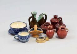Keramik - Gefäße Puppenhaus.. alt, 12-teilig, verschiedene filigran geformte Krüge, Kannen,