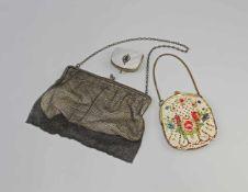2 Geldbörsen und Täschchen 1.Abendtasche aus versilbertem Metall-Ringkettengewebe, Stofffutter,